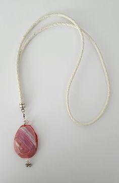 Wit leren ketting met roze half edelsteen bedel