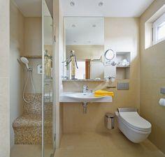 Malá koupelna navazující na ložnici je vybavena sprchovým koutem, umyvadlem a toaletou.