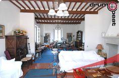 Unterrichtsraum in der Toskana Loft, Mirror, Bed, Furniture, Home Decor, Percussion, Drum, Tuscany, Decoration Home