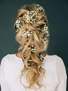 messy wedding hairstyles with tiny winter flowers