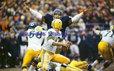 Dick Butkus going to sack Don Horn . Nfl Photos, Football Photos, Sport Football, Football Players, Green Bay Packers History, Gale Sayers, Vintage Football, Sports Pictures, Chicago Bears