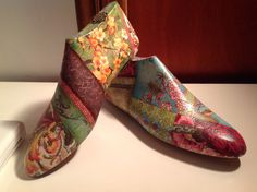 Hormas de zapatos antiguas intervenidas con servilletas.