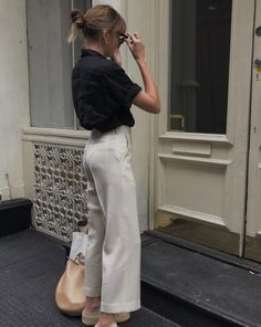 Are you looking for effortless minimalist outfit ideas to refresh your spring wardrobe? For no brainer easy mornings, we round up fifteen looks to get you inspired. You probably already have the ke… Mode Outfits, Casual Outfits, Fashion Outfits, Womens Fashion, Fashion Tips, Fashion Ideas, Casual Shirts, Fashion Capsule, Black Outfits