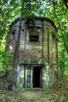 Mausoleum Woods Grimsby Lincolnshire England. Abandoned Buildings, Abandoned Mansions, Old Buildings, Abandoned Places, Abandoned Ohio, Abandoned Plantations, Old Cemeteries, Graveyards, Cemetery Art