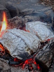 Foil Packets on the fire - Great Camping Recipes - #dutchoven #camping