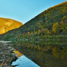 A Pocono Mountains hike at Delaware Water Gap is always worth it for the fall views! #PoconoMtns