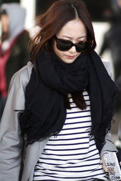 gray sweater, over size scarf Krystal Fx, Jessica & Krystal, Star Fashion, Daily Fashion, Womens Fashion, Airport Style, Airport Fashion, Krystal Jung Fashion, Style Scrapbook