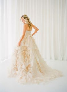 Modelo de vestido de noiva com babados, em uma saia avolumada e linda!