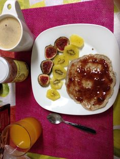 Desayuno de campeonas. Tortita de avena y canela con mermelada de fresa con azúcar de caña (ni azúcar ni edulcorante). Un kiwi, un higo, zumo de mandarina natural y café con leche de arroz