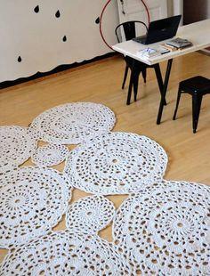 Confira aqui 75 Modelos lindos de tapetes de barbante para inspirar sua decoração. O tapete de barbante combina com vários estilos de decoração. Veja mais!