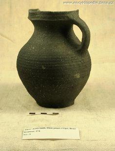Džbán (14. - 15. století) nalezený při archeologickém výzkumu na náměstí Svobody 17. Foto Archaia Brno, bez inv. č.