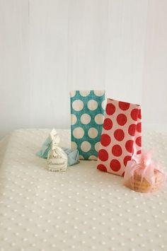 お菓子を入れてプレゼントすれば、お菓子屋さんのラッピングのよう。/布で作る小さな袋とBOX(「はんど&はあと」2012年1月号)