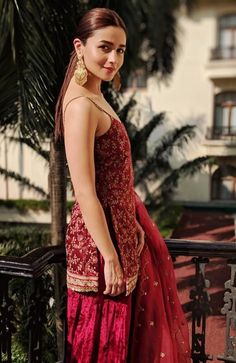 21 Alia Bhatt dresses that are perfect for millennial bridesmaids! Pakistani Dresses, Indian Dresses, Indian Clothes, Lehnga Dress, Indian Designer Suits, Dress Indian Style, Ethnic Outfits, Stylish Outfits, Indian Lehenga