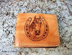 d1fe97d28 Billetera artesanal fabricada en vaquetilla en el exterior y cabra en el  interior. Cuatro ranuras para tarjetas y apartado para billetes.