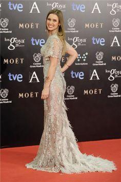 Manuela Vellés con un vestido semitransparente en tono plata de Alfredo Villalba muy espectacular por la espalda. Alfombra roja Premios Goya 2014 (Spain)