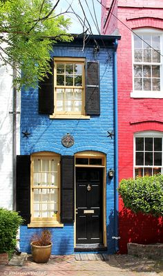 Spite House ~ Old Town Alexandria Virginia, USA . by Gloria Garcia Colourful Buildings, Beautiful Buildings, Beautiful Homes, Alexandria Virginia, Old Town Alexandria, Alexandria House, Spite House, Exterior Design, Interior And Exterior