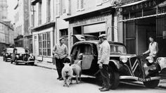 Citroën Traction Avant. En de schapen gaan mee Manx, Art Deco Car, Citroen Traction, Traction Avant, Citroen Ds, Us Cars, Black And White, Vehicles, Sort