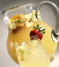 Pasa un rato ameno en compañía de amigos y familiares disfrutando de una refrescante Sangría Blanca... Hazla fácil y rápido con esta receta.