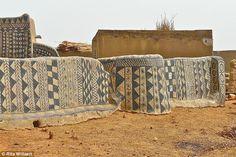 Rari: Un turista senza angolo d'Africa, il villaggio si mantiene relativamente isolata e chiusa agli estranei