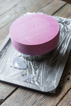 Современные десерты: муссовый торт «Грейс» со вкусом черники, малины и белого шоколада Довольно давно я хотел в рамках Современных десертов рассказать о том, как собираются торты. Можно сказать, что у тортов есть свои плюсы и минусы, например, заливать глазурью получается аккуратнее, но вот выложить начинку ровно выходит сложнее, чем в маленьких пирожных. Пора со всем...