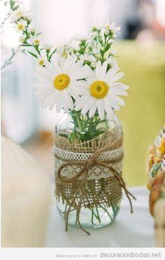 Jarrón cristal con yute, encaje y margaritas para decorar una mesa boda, barato