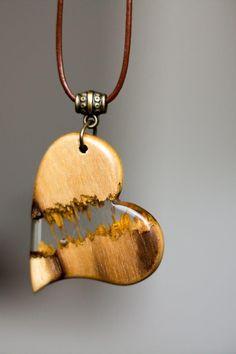 Broken Heart - Wood and resin pendant Diy Resin Projects, Diy Resin Art, Diy Resin Crafts, Wood And Resin Jewelry, Wooden Jewelry, Wood Necklace, Resin Necklace, Epoxy Resin Wood, Resin Pendant