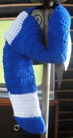 Bufanda tejida en Crochet en punto Vareta, color Azul rey y con una cenefa en gris.