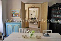 Salle à manger de style Gustavien pour cette maison de maître au cœur du village d'Eyguières en Provence.
