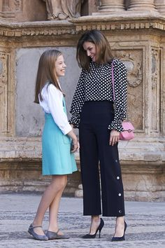 Queen Letizia of Spain Photos - Queen Letizia of Spain and Princess Sofia of Spain attend the Easter mass on April 2018 in Palma de Mallorca, Spain. - Spanish Royals Attend Easter Mass in Palma de Mallorca Casual Work Outfits, Work Casual, Classy Outfits, Office Outfits, Looks Kate Middleton, Fall Fashion Outfits, Womens Fashion, Royal Clothing, Looks Chic