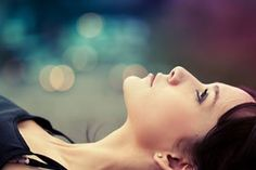 Não tenha medo da vida, tenha medo de não vivê-la. Não há céu sem tempestades, nem caminhos sem acidentes. Só é digno do pódio quem usa as derrotas para alcançá-lo. Só é digno da sabedoria quem usa as lágrimas para irrigá-la. Os frágeis usam a força; os fortes, a inteligência. Seja um sonhador, mas una seus sonhos com disciplina, Pois sonhos sem disciplina produzem pessoas frustradas. Seja um debatedor de idéias. Lute pelo que você ama.