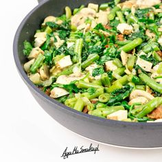 zdrowy szybki obiad potrawka ze szpinakiem fasolką szparagową i tofu
