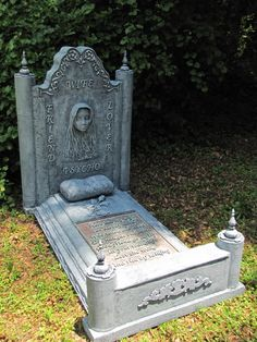 Tombstone in 3 Parts Awesome Details, wish there were how to's with it. Halloween Tombstones, Halloween Graveyard, Holidays Halloween, Scary Halloween, Halloween Themes, Halloween Decorations, Haunted Graveyard, Graveyard Shift, Halloween 2019