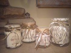 Vasetti riciclati in vetro e decorati in stile shabby chic