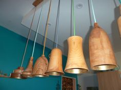 Superbe suspension de bar en bois tourné par Roland Ceiling, Decor, Wood, Pendant Light, Home Decor, Ceiling Lights