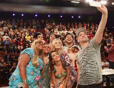 """Personagens ganham na loteria em nova temporada de """"Vai que Cola"""" #Ator, #Cinema, #Filme, #Fotos, #Gay, #Kelly, #KellyKey, #Key, #Ludmilla, #PauloGustavo, #Pedro, #Preta, #PretaGil, #Sucesso, #TerceiraTemporada, #Tv http://popzone.tv/2015/10/personagens-ganham-na-loteria-em-nova-temporada-de-vai-que-cola/"""