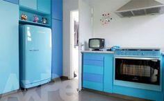 Cozinha azul com piso cimentício