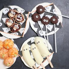Recipes Snacks Fruit Check out these 4 Halloween Themed Foods: Boo-Nana Pops, Monster Banana Bites, Monster Eye Roll-Up and Ghost Bananas & Tangerine Pumpkins - perfect for kids Halloween Desserts, Comida De Halloween Ideas, Halloween Themed Food, Halloween Snacks For Kids, Hallowen Food, Healthy Halloween Treats, Halloween Party Decor, Easy Halloween, Halloween Party Recipes