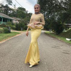 Beautiful Arab Women, Beautiful Hijab, Hijabi Girl, Girl Hijab, Muslim Women, Tight Dresses, Khaki Pants, Tights, Satin