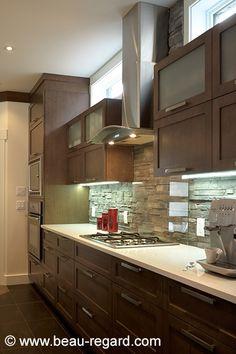 Armoire de cuisine de bois style contemporain, comptoir quartz