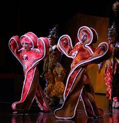 In Cirque Dreams Holidaze, Christmas baubles inspire megawatt spectacular | OregonLive.com