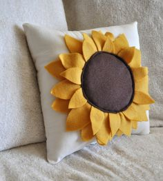 Sunflower Pillow Pattern DIY Tutorial flower pattern how to Sonnenblume Kissen Muster DIY Tutorial Blumenmuster, wie man Sewing Pillows, Diy Pillows, Decorative Pillows, Cushions, Throw Pillows, Accent Pillows, Felt Crafts, Diy And Crafts, Do It Yourself Decoration