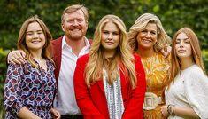 Alankomaiden hallitsija poseeraa perheensä kanssa kotinsa edustalla. Vanity Fair, Couple Photos, Couples, Couple Shots, Couple Photography, Couple, Vanity Fair Magazine, Couple Pictures