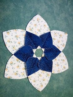 A new pattern, Christmas Holly Centerpiece Star Quilts, Quilt Blocks, Quilting Projects, Sewing Projects, Fabric Crafts, Sewing Crafts, Lily Centerpieces, Quilt Patterns, Sewing Patterns