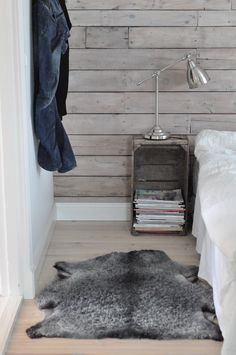 Huset i bullerbacken, Gotländskt fårskinn Lodge Bedroom, Bedroom Decor, Room Inspiration, Interior Inspiration, Wooden Pallet Furniture, Nordic Home, Space Interiors, Deco Floral, Scandinavian Bedroom