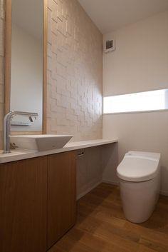調湿性能のあるエコカラットを貼ったトイレ。 専門家:白崎泰弘・治代が手掛けた、調湿タイルを貼ったトイレ(住宅密集地で陽光の恵みを受けるRC住宅|つばさの家)の詳細ページ。新築戸建、リフォーム、リノベーションの事例多数、SUVACO(スバコ)