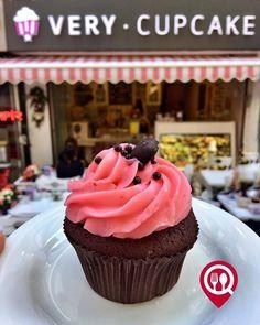 """Chocolate Raspberry - Very Cupcake Bağdat Caddesi / (İstanbul İzmir Ankara Bursa )  Çalışma Saatleri Hafta İçi 11:00 - 00:00  Çalışma Saatleri Hafta Sonu 12:00 - 00:00  İstanbul/ 0 216 802 64 52  Alaçatı/ 0 538 855 81 42  Ankara/ 0 312 466 33 22  Bursa/ 0 507 372 47 40  1050 Alkolsüz Mekan  Paket Servis Var  Sodexo Ticket Multinet Setcard Yok  Açık Alan Yok  Otopark/ Vale Parking Yok DAHA FAZLASI İÇİN YOUTUBE """"YEMEK NEREDE YENİR"""" TAKİP ET"""