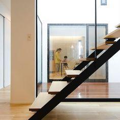 あけましておめでとうございます!!  今年も皆様にお洒落ハウスのヒントをご提供していきます(*´∀`)♪  昨日ブログにあげた鉄骨階段です^ ^ちらっと中庭も^^  #グランハウス#新年#岐阜#設計事務所  #鉄骨階段#スケルトン階段#階段  #おしゃれな階段#おしゃれハウス  #中庭#ウッドデッキ#無垢の床  #インテリア#サーモスx#窓枠黒  #自由設計#間取り#明るい家