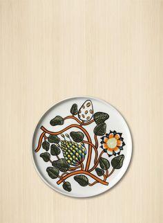 Pyöreää valkoista keramiikkalautasta elävöittää uusi Tiara-köynnöskuvio. Se kestää konepesun, mikrouunin ja pakastuksen. Lasitetut värit ja kuvio säilyvät kirkkaina.