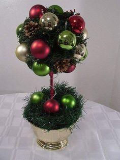 Aprende esta sencilla técnica que te permitirá hacer lindos topiarios a base de elementos navideños cómo esferas, piñas, listones, etc. ...