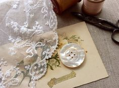 英国ヴィクトリア時代(1837年-1901年)に作られたマザーオブパールの白蝶貝のボタンです。シンプルなデザインで、ぽってりとした厚みがあり、ボリュームのある...|ハンドメイド、手作り、手仕事品の通販・販売・購入ならCreema。